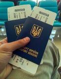 Twee paspoorten van de Oekraïne en kaartjes aan vliegtuig stock fotografie