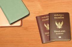 Twee paspoorten van Thailand en dekking van het leerpaspoort Royalty-vrije Stock Foto's