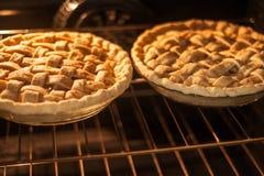 Twee pastei in een oven stock afbeeldingen