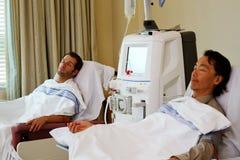 Twee patiënten die nierdialyse hebben royalty-vrije stock afbeelding