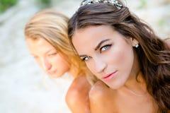 Twee peinzend sensueel meisjesblonde en brunette Stock Afbeeldingen