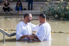 Twee pelgrims maken een eed tijdens de ceremonie van doopsel op de Doopplaats van Jesus Christ - Qasr Gr Yahud in Israël Stock Afbeelding