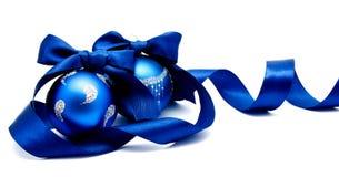 Twee perfecte blauwe Kerstmisballen met geïsoleerd lint Royalty-vrije Stock Foto's