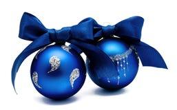 Twee perfecte blauwe Kerstmisballen met geïsoleerd lint Royalty-vrije Stock Foto