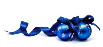 Twee perfecte blauwe Kerstmisballen met geïsoleerd lint Royalty-vrije Stock Fotografie