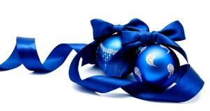 Twee perfecte blauwe Kerstmisballen met geïsoleerd lint Royalty-vrije Stock Afbeeldingen
