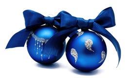 Twee perfecte blauwe Kerstmisballen met geïsoleerd lint Royalty-vrije Stock Afbeelding
