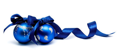 Twee perfecte blauwe Kerstmisballen met geïsoleerd lint Stock Foto's