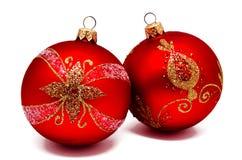 Twee perfecte rode geïsoleerde Kerstmisballen Royalty-vrije Stock Foto's