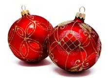 Twee perfecte rode geïsoleerde Kerstmisballen Royalty-vrije Stock Fotografie