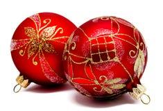 Twee perfecte rode geïsoleerde Kerstmisballen Royalty-vrije Stock Afbeeldingen