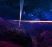 Twee personen die een lichtstraalsignaal verzenden in kosmische ruimte Concept voor astronomie, wetenschap en technologie stock afbeeldingen