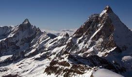 Twee pieken in Alpen. Het gebied van Oberland van Bernese Stock Foto's