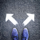 Twee pijlen van mensen de schoenen en in verschillende richtingen Royalty-vrije Stock Fotografie
