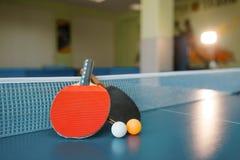Twee pingpongpeddels op de lijst met netto royalty-vrije stock afbeelding
