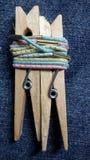 Twee pinnen sluiten omhoog Stock Foto's