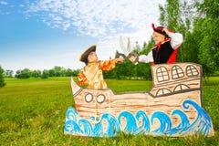 Twee piraten die met zwaarden op schip dueling Stock Foto