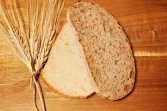 Twee plak, één van het hoofdkaasgraangewas gezonde brood en een ander wit stock afbeelding