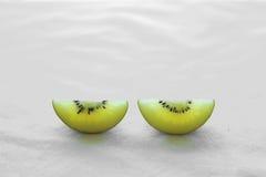 Twee Plakken Gouden Kiwifruit Stock Fotografie