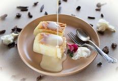 Twee plakken van Japanse stijlkaastaart, zachte soufflé dienden op een plaat met het toping royalty-vrije stock foto's