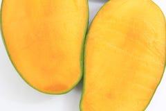 twee plakken van mango stock afbeeldingen