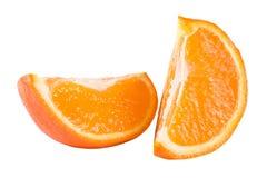 Twee plakken van oranje die mandarijn met bladeren op witte achtergrond worden geïsoleerd Stock Fotografie