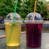 Twee plastic koppen met fruitthee Stock Afbeelding