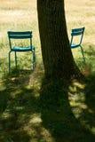 Twee plastic stoelen op een zonovergoten gebied royalty-vrije stock foto