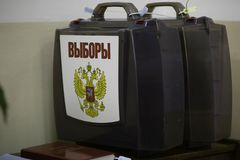 Twee plastic transparante koffers voor het verzamelen van biljart met een inschrijvingsverkiezing en een dubbel-geleide adelaar stock foto's