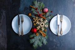 Twee platen en tussen hen Kerstboom is verfraaid met sneeuwvlokken, ballen en pijpjes kaneel Royalty-vrije Stock Afbeelding