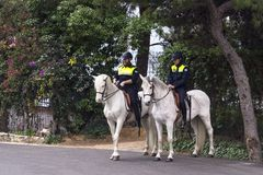 Twee politieagenten op horseback patrouille het parkgebied dichtbij de Gibralfaro-vesting royalty-vrije stock foto