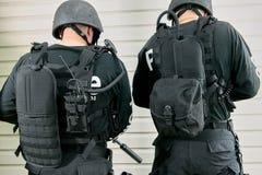 Twee politiemannen die verschillende rugzakken dragen Royalty-vrije Stock Foto's