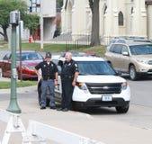 Twee politiemannen door kruiser stock foto's