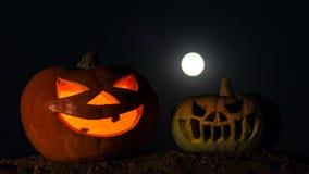 Twee pompoenen met binnen kaarsen Tijdoverlappingen Nachthemel, volle maan Vakantie Halloween stock video