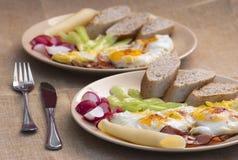 Twee porties van ham en eieren stock afbeelding