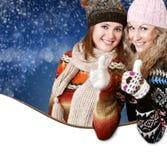 Twee positieve mooie meisjes met groot gebaar stock fotografie