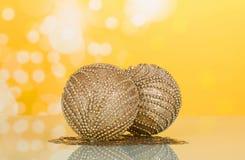 Twee prachtig die Kerstmisspeelgoed, met parels wordt verfraaid, kleine sterren Close-up royalty-vrije stock foto