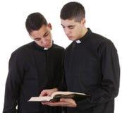 Twee priesters stock afbeelding