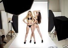 Twee professionele modellen die in de studio Professioneel model stellen royalty-vrije stock foto's