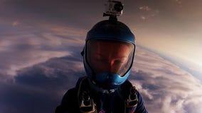 Twee professionele skydiverssprong van vliegtuigdaling van hemel samen Greepsaldo stock footage
