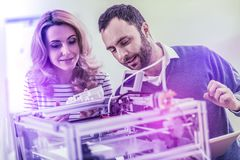 Twee progressieve programmeurs dierbaar van digitalisering die zich dichtbij groot apparaat bevinden royalty-vrije stock foto