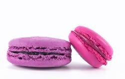 Twee purpere stukken van koekje en roze geïsoleerd op wit stock foto's