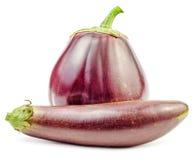 Twee purpere verse ruwe geïsoleerde aubergines Stock Afbeelding