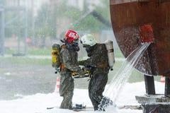 Twee redders elimineert gevolgen van chemisch ongeval royalty-vrije stock afbeeldingen