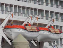 Twee Reddingsboten van de Cruisevoering Royalty-vrije Stock Afbeeldingen
