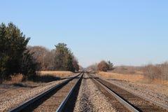 Twee reeksen spoorwegsporen op een aardige dalingsdag stock fotografie