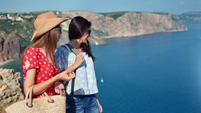 Twee reiswijfje die vriendschap het spreken het bewonderen van mooi zeegezicht genieten die vakantie hebben stock footage