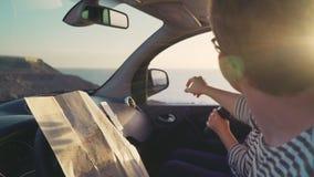 Twee Reizigers onderzoeken de afstand en zien het doel op de horizon stock videobeelden