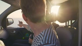Twee Reizigers onderzoeken de afstand en zien het doel op de horizon Stock Afbeelding