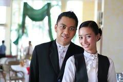 Twee restaurantpersoneelsleden op het werk Stock Afbeelding